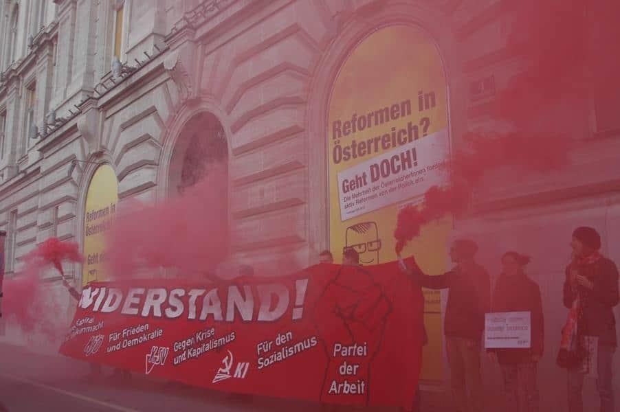 Aktion der KJÖ Wien vor dem Haus der Industrie, dem Sitz der Industriellenvereinigung, in Wien