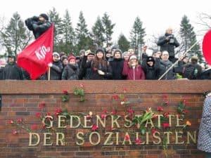 GenossInnen der KJÖ bei der Gedenkstätte der Sozialisten in Berlin